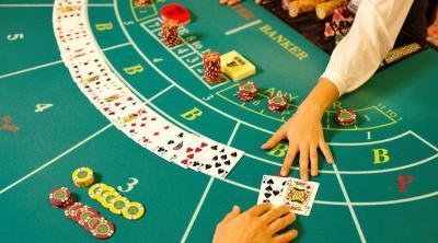 Blackjack Tisch mit Karten und die Hand eines Dealers